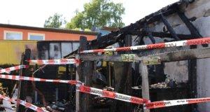 Ein Fachwerk-Anbau wurde am Samstagmorgen Raub eines Feuers. Ein Übergreifen auf benachbarte Gebäude konnte die Feuerwehr verhindern. (Foto: © Tim Oelbermann)