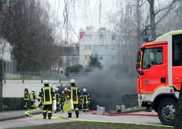 In einer Tiefgarage an der Zietenstraße brannten am Montagnachmittag Reifen, was für einen größeren Einsatz der Feuerwehr sorgte. (Foto: © Tim Oelbermann)
