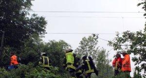 Auf der S-Bahnstrecke der S1 zwischen dem Solinger Hauptbahnhof und Vogelpark stürzte am Sonntagnachmittag gegen 15.30 Uhr in Höhe der Ortschaft Schnittert ein Baum auf die Fahrdrähte und blockierte den Zugverkehr. (Foto: © Das SolingenMagazin)