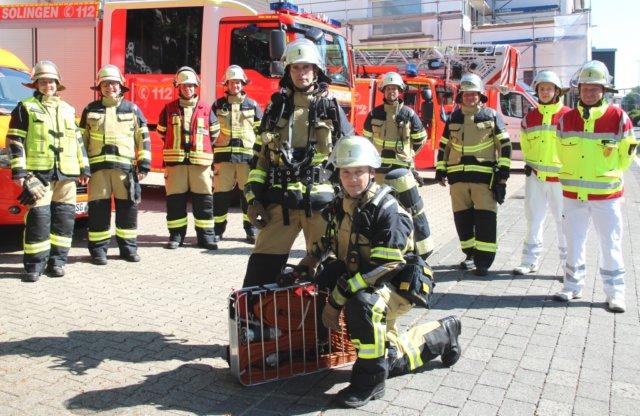 Die blauen Monturen werden aussortiert, ab sofort bekommen die Frauen und Männer der Solinger Feuerwehr moderne sandfarbene Einsatzkleidung. (Foto: © Bastian Glumm)