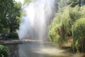 Rund 25.000 Liter Wasser wurden am Freitag allein binnen einer halben Stunde auf den großen Teich im Eingangsbereich der Parkanlage an der Gerberstraße geschossen. (Foto: © Bastian Glumm)