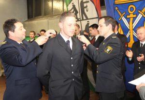 Solingens Feuerwehrchef Dr. Ottmar Müller (li.) und sein Stellvertreter Sebastian Wagner befestigten die Dienstgradabzeichen zum Benadmeister auf den Schultern der stolzen Absolventen. (Foto: © Bastian Glumm)