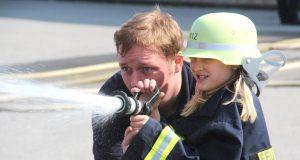 """Wasser marsch! Michael Klapper von der Solinger Feuerwehr half den Mädchen und Jungs am Montagvormittag beim """"Löschen"""". (Foto: © B. Glumm)"""