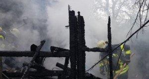 Die Feuerwehr rückte am Sonntagnachmittag zum Elsterbuscher Weg aus, da dort aufgrund eines Blitzeinschlags in eine Zypresse der Baum in etwa zwöf Metern Höhe Feuer fing. Das Feuer breitete sich auf die umstehenden Bäume und Hecken aus. Eine in dem Gartengelände stehende Laube stand beim Eintreffen der Feuerwehr bereits im Vollbrand. (Foto: © Das SolingenMagazin)