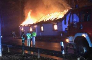 Am frühen Montagmorgen musste die Feuerwehr zu einem Wohnhausbrand nach Burg ausrücken, das Gebäude brannte vollständig aus. (Foto: © Feuerwehr Solingen)