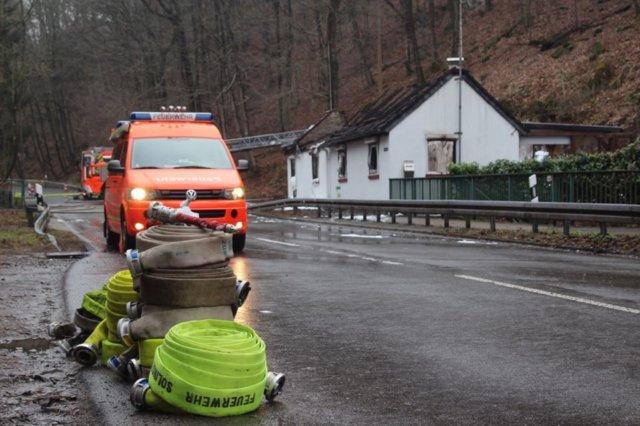 Zur Stunde dauern die Nachlöscharbeiten an. Die Brandursache ist Gegenstand der kriminalpolizeilichen Ermittlungen. (Foto: © Das SolingenMagazin)