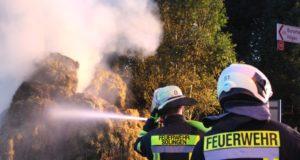 Am Dienstagabend brannten 80 Heuballen an der Straße Angerscheid in Oberburg. Die Feuerwehr Solingen bekam für die Löscharbeiten Unterstützung aus Wermelskirchen. (Foto: © Tim Oelbermann)