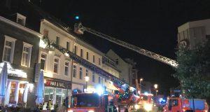 Mit zwei Drehleitern rettete die Feuerwehr vier Personen aus den oberen Stockwerken des Gebäudes am Neumarkt. (Foto: © Tim Oelbermann)