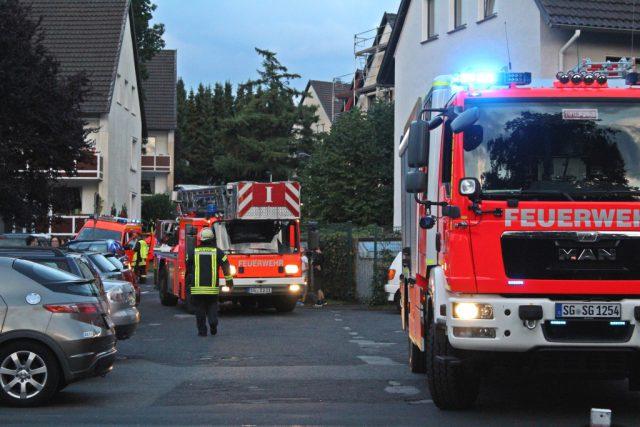 Die Feuerwehr rückte am Montagabend zu einem Brandeinsatz zur Straße Degenhof aus. In einem Mehrfamilienhaus entzündete sich ein Spielzeug. (Foto: © Tim Oelbermann)
