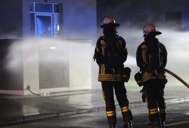 Am späten Samstagnachmittag löschte Die Feuerwehr ein in Brand geratenes Trafohäuschen an der Focher Straße. (Foto: © Bastian Glumm)