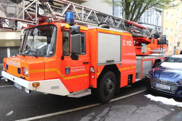 Millimeterarbeit auf der Klemens-Horn-Straße: Die Feuerwehr prüfte am Donnerstag die Platzverhältnisse auf der ohnehin schon engen Straße in der Solinger City. (Foto: © Bastian Glumm)