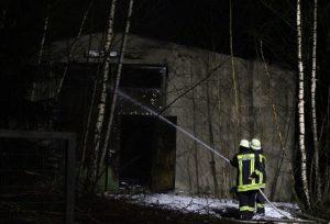 Die Lagerhalle war ein Totalverlust und brannte aus. Die Feuerwehr schützte die benachbarten Gebäude erfolgreich. Die Nachlöscharbeiten dauern bis in den Sonntagmorgen an. (Foto: © T. Oelbermann)
