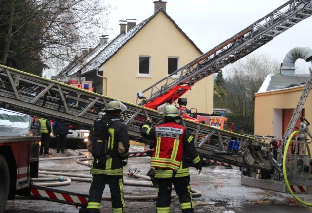 Mit einem Großaufgebot war die Feuerwehr Solingen am Dienstagvormittag in der Hofschaft Lindenhof in Höhscheid im Einsatz. Dort brannte das Treppenhaus eines Gebäudes. (Foto: B. Glumm)