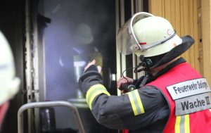 Zwei Trupps mit Pressluftatmern bekämpften sofort den Brand, während gleichzeitig über das Dach des Gebäudes zwei Menschen via Drehleiter gerettet wurden. (Foto: B. Glumm)