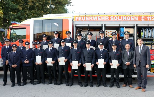 14 junge Männer - hier mit Ausbildern und Honoratioren - haben jetzt erfolgreich ihre Prüfung abgeschlossen und sind nun Brandmeister und vollwertige Angehörige der Berufsfeuerwehr Solingen. (Foto: © Bastian Glumm)