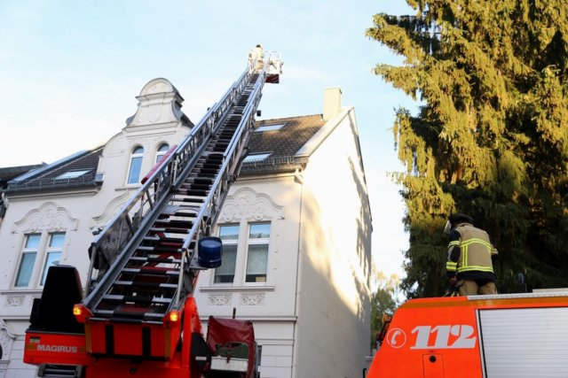 Am Sonntagabend gegen 19.15 Uhr rückte die Feuerwehr zu einem gemeldeten Kaminbrand zu einem Wohnhaus an der Bülowstraße aus. (Foto: © Das SolingenMagazin)