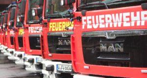 In einer Charge bestellten die Berufsfeuerwehren Solingen und Wuppertal neun brandneue Hilfeleistungslöschfahrzeuge, die jetzt in Müngsten offiziell übergeben wurden. Fünf gingen in die Klingen- und vier in die Schwebebahnstadt. (Foto: © B. Glumm)