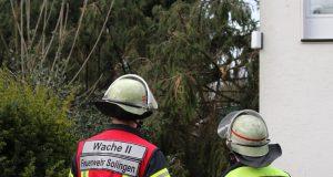 """Mit rund 150 Kräften ist die Solinger Feuerwehr derzeit im gesamten Stadtgebiet im Einsatz. Zahlreiche Bäume sind umgeknickt, wofür Sturmtief """"Friederike"""" verantwortlich ist. (Foto: © Tim Oelbermann)"""