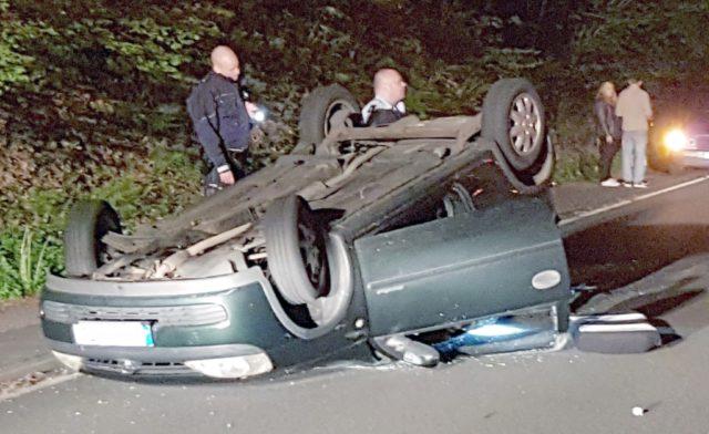 Aus bislang ungeklärter Ursache überschlug sich diese Nacht ein PKW auf der Remscheider Straße. Der verletzte Fahrer musste vom Remscheider Rettungsdienst ins Krankenhaus gebracht werden. (Foto: © Feuerwehr)