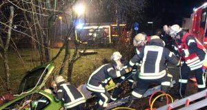 Am Montagabend kam ein 21-Jähriger mit seinem Fahrzeug von der Kleinenberger Straße ab und landete in einem Abhang. Die Feuerwehr musste ihn aus seinem Honda befreien. (Foto: © T. Oelbermann)