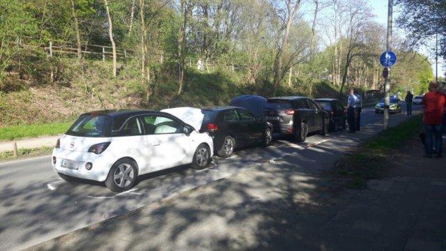 Auf dem Frankfurter Damm kam es am Mittwochnachmittag zu einem Auffahrunfall mit vier Fahrzeugen. Dabei verletzten sich zwei Personen, eine davon schwer. (Foto: © Das SolingenMagazin)