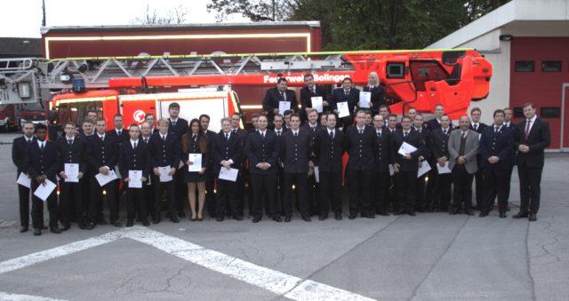 Gruppenbild mit den Angehörigen der Solinger Löscheinheiten, die am Donnerstagabend auf der Jahreshauptversammlung der Freiwilligen Feuerwehr befördert wurden. (Foto: © B. Glumm)
