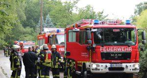 """Sturmtief """"Burglind"""" schüttelte Solingen am Mittwoch gehörig durch. Viel zu tun für die Feuerwehr, die mit zahlreichen Einsatzkräften im gesamten Stadtgebiet unterwegs war. (Archivfoto: © Bastian Glumm)"""
