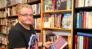Rolf Heller vom Freundeskreis der Stadtbibliothek liebt Bücher. Er würde sich über weitere Unterstützer des Vereins freuen. (Foto: © Bastian Glumm)