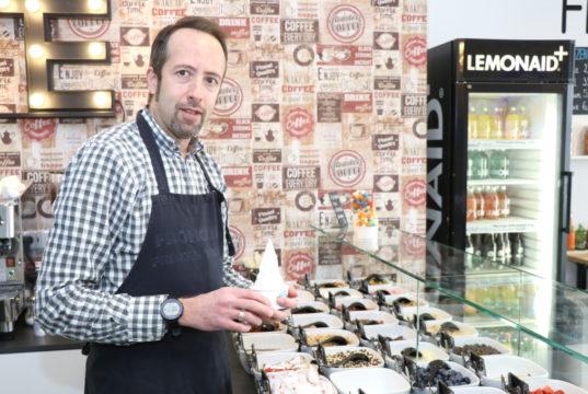 """Kadir Aktas ist Inhaber von """"Frohgurt"""" und eröffnete sein Café 2014 in den Clemens-Galerien. 2019 zog er an die Hauptstraße um und bietet Frozen Yogurt dort an. (Foto: © Bastian Glumm)"""