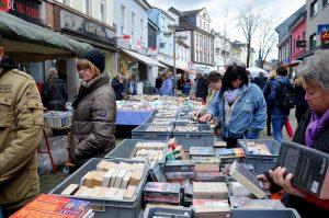 Die Düsseldorfer Straße hatte sich in eine Bibliothek verwandelt. Der schon traditionelle Büchermarkt lockte auch in diesem Jahr zahlreiche Leseratten an. In weiser Voraussicht hatten viele von ihnen eigene Taschen mitgebracht, in denen sie reichlich Lesestoff davontrugen. (Foto: © Martina Hörle)