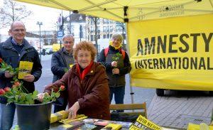 Wie jedes Jahr zum Internationalen Weltfrauentag stand die Solinger Gruppe 1424 von Amnesty International am Markt und machte auf ihre wichtigen Aufgaben aufmerksam. Für die weiblichen Besucher gab es Rosen. (Foto: © Martina Hörle)