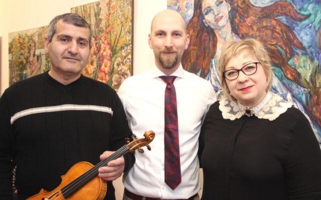 Eröffneten am Freitagabend gemeinsam die Kunstausstellung in der Galerie WILLIS Art: v.li. Kamo Margaryan mit der Meistergeige, Thomas Willis und Nadezhda Stupina. (Foto: © B. Glumm)