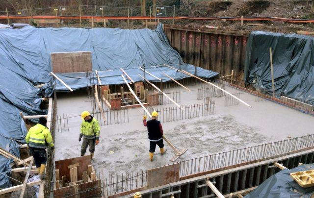 Stück für Stück wächst das Galileum in Ohligs: Der Beton ist gegossen und größtenteils bereits geglättet, in einem Areal sind die Bauarbeiter noch mit der Glättung beschäftigt. (Foto: © Guido Steinmüller)