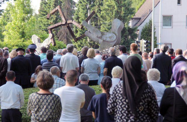 Rund 300 Solingerinnen und Solinger kamen gestern am Mahnmal am Mildred-Scheel-Berufskolleg zusammen, um der Opfer des Brandanschlags von vor 24 Jahren zu gedenken. (Foto: © B. Glumm)