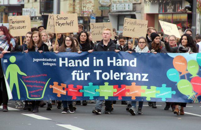 Zahlreiche Schülerinnen und Schüler folgten dem Aufruf des Jugendstadtrates und nahmen an den Gedenkveranstaltungen zur Reichspogromnacht am 9. November in Solingen teil. (Foto: © B. Glumm)