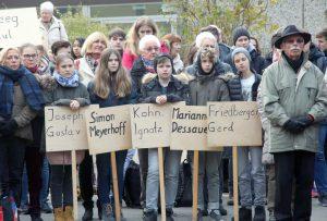Auf Schildern schrieben die Jugendlichen die Namen der Solinger Opfer von Nationalsozialismus und Holocaust. (Foto: © B. Glumm)