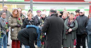 Am Freitagnachmittag versammelten sich rund 80 Solingerinnen und Solinger auf dem Alten Markt, um den während der Nazizeit deportierten und Ermordeten Sinti zu gedenken. (Foto: © B. Glumm)