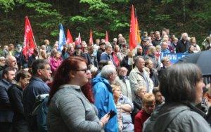 Rund 300 Menschen kamen am Sonntagvormittag am Wenzelnberg zusammen, um gemeinsam der Oper des Nationalsozialismus zu gedenken. (Foto: © Bastian Glumm)