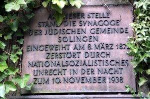 Eine Gedenktafel am Hochbunker an der Malteserstraße erinnert an die Solinger Synagoge, die von den Nazis zerstört wurde. (Archivfoto: © Bastian Glumm)