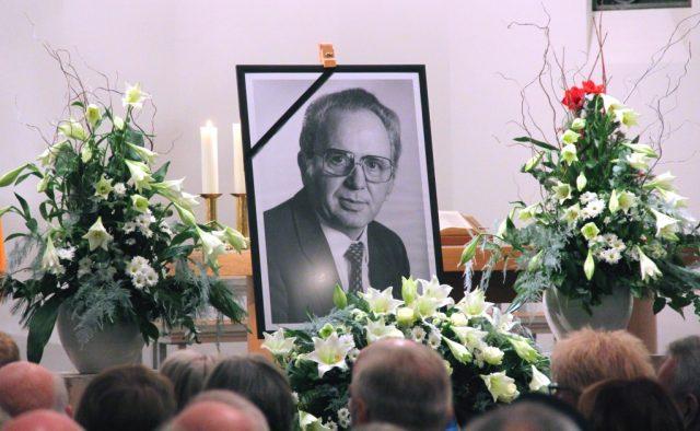 In der Dorper Kirche nahmen viele Solingerinnen und Solinger am Dienstagabend Abschied von ihrem langjährigen Oberbürgermeister Gerd Kaimer, der am 11. Dezember im Alter von 90 Jahren verstarb. (Foto: B. Glumm)