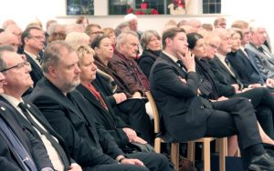 Viele politische Weggefährten Kaimers kamen in die die Dorper Kirche zur Gedenkfeier. Oberbürgermeister Tim Kurzbach hielt eine bewegende Ansprache. (Foto: B. Glumm)