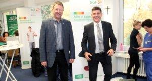 Gregor Hellmons (links), Sprecher der Geschäftsführung der Kplus Gruppe, und Oliver Hartmann (rechts), Regionaldirektor der AOK, versuchen sich auf dem Bewegungsparcour im Kplus Forum Solingen. (Foto: © Bastian Glumm)