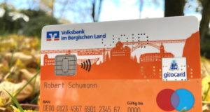 Die neue girocard (Debitkarte) für die Kunden der Volksbank im Bergischen Land – die bergische Skyline soll die Verbundenheit mit der Region unterstreichen. (Foto: Volksbank)