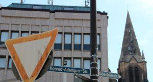 Ohne Barrieren sollen Fußgänger zukünftig die Goerdelerstraße in Höhe Clemenskirche und Clemens-Galerien überqueren können. (Archivfoto: © Bastian Glumm)