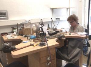 Goldschmiedemeisterin Frauke Pohlmann bei der Arbeit. Sie verarbeitet teils außergewöhnliche Materialien. (Foto: © Laura Mertens)