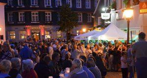 Dreh- und Angelpunkt des Gräfrather Lichterzaubers wird auch in diesem Jahr der Marktplatz sein. Dort wird es sogar eine Lichtshow zu bewundern geben. (Archivfoto: © Martina Hoerle)