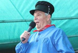 Das Solinger Original Willy Weber moderierte Jahrzehnte das Gräfrather Marktfest, bei der Eröffnung am Freitag war er aber nur als Gastredner auf der Bühne. (Foto: © Bastian Glumm)