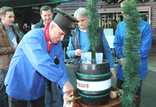Dragan Denic von der veranstaltenden Arbeitsgemeinschaft Gräfrather Vereine (Arge) zapft die ersten Bierchen, zuvor wurde das Fass von Oberbürgermeister Kurzbach routiniert angeschlagen. (Foto: © Bastian Glumm)