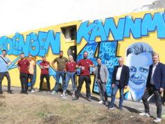 """""""Solingen kann mehr"""", finden die Graffiti-Künstler der """"42er_sg"""" um Julian Dietrich (4.v.re.). Die Solinger Liberalen um Dario Dzamastagic (3.v.re.) und Raoul Brattig (re.) brachten die jungen Künstler mit den Eigentümern des leer stehenden Hauses an der Focher Straße zusammen. (Foto: © Bastian Glumm)"""