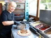 """Dina Mahleli leitet die Grill-Pizzeria """"Zorbas"""" an der Focher Straße.. Die 46-Jährige arbeitet seit Jahrzehnten in der Gastronomie. (Foto: © Bastian Glumm)"""